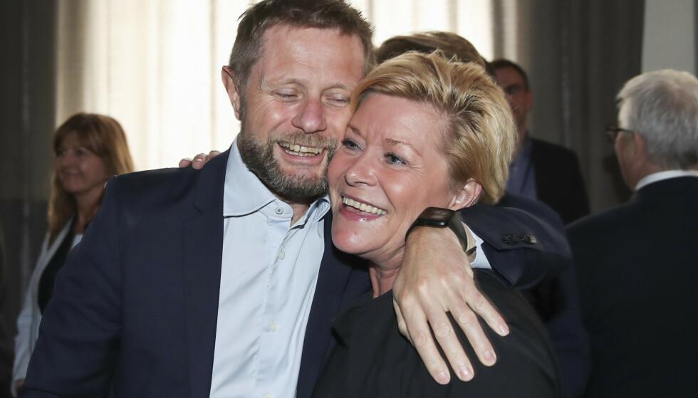 Helseminister Bent Høie (H) gir Siv Jensen en klem under feiringen av hennes 50-årsdag 29. mai 2019 – i god tid før pandemien. Foto: Vidar Ruud / NTB