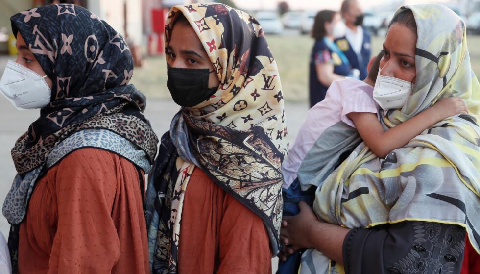 Noen afghanske kvinner har unnsluppet Taliban. Her en gruppe som er evakuert til Spania, på militærbasen Torrejon ved Madrid. Foto: Mariscal / AP / NTB