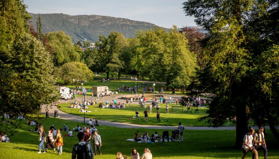 Mange studenter samler seg i Nygårdsparken i Bergen under fadderuken. Foto: Eivind Senneset / NTB