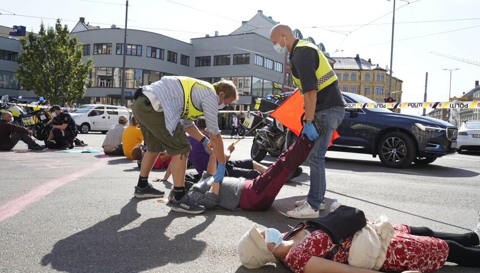 Flere aksjonister fra Extinction Rebellion ble innbrakt fra Majorstukrysset i Oslo mandag etter at de nektet å flytte seg. Foto: Ali Zare / NTB
