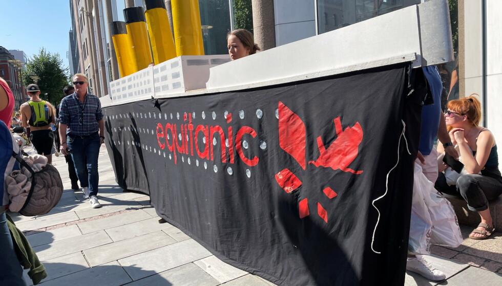 EXTINCTION REBELLION: Maria bak banneret ved Olje- og energidepartementet i Oslo. FOTO: REUTERS/Gwladys Fouche via NTB