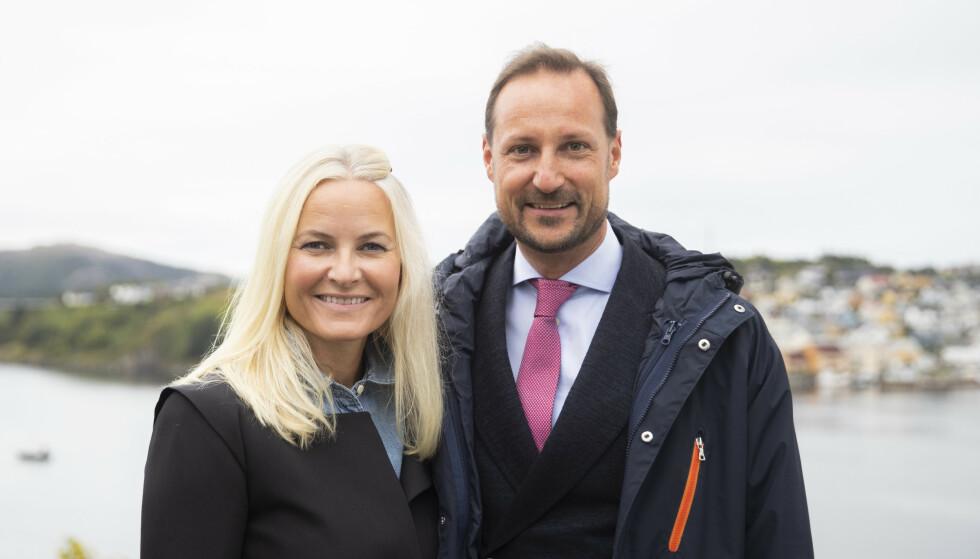 Still going strong! Kronprins Haakon og kronprinsesse Mette-Marit fotografert under et besøk i Kristiansund i går. Foto: Berit Roald / NTB