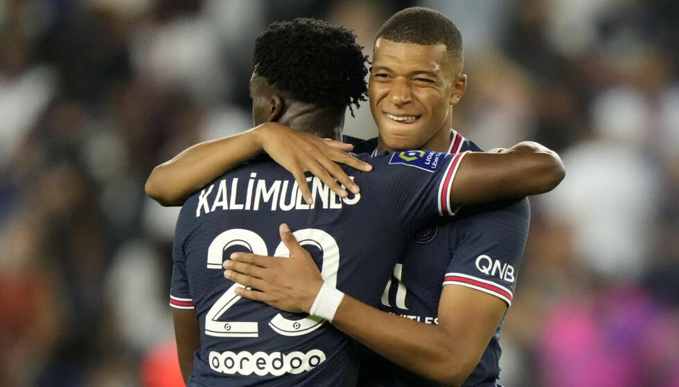 PSGs Kylian Mbappé (til høyre) feirer et mål med lagkamerat Arnaud Kalimuendo. Snart kan Mbappé forsvinne. Foto: François Mori, AP / NTB