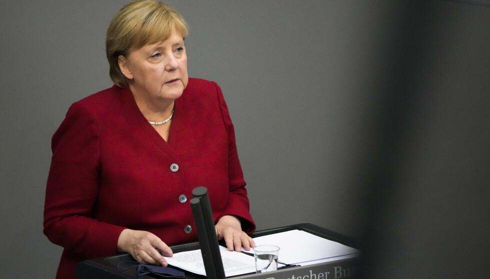 Angela Merkel i nasjonalforsamlingen i Berlin onsdag. Merkel sier tyske myndigheter jobber intenst med å finne ut hvordan de kan beskytte afghanere som har hjulpet Tyskland i Afghanistan. Foto: Markus Schreiber / AP / NTB
