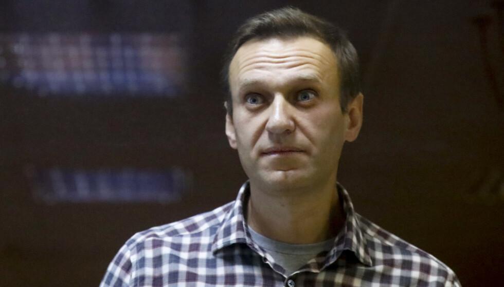 Aleksej Navalnyj inne i et bur i en rettssal i Moskva i februar i år. 45-åringen er dømt til to og et halvt års fengsel og soner dommen i en fangeleir øst for den russiske hovedstaden. Foto: AP / NTB