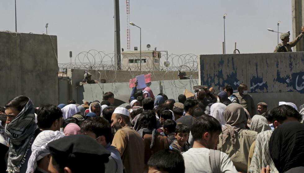 Slik så det ut utenfor flyplassen i Kabul tidligere torsdag. Også denne dagen hadde store folkemengder samlet seg i håp om å komme ut av Afghanistan Foto: Wali Sabawoon / AP / NTB