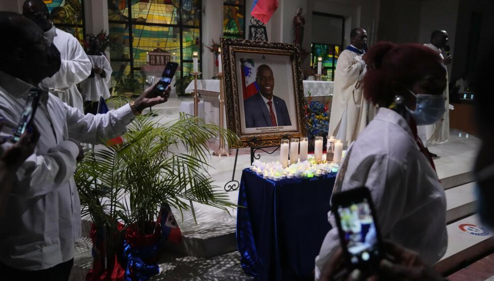 44 personer er pågrepet etter drapet på Haitis president Jovenel Moïse i juli. 17 er fortsatt etterlyst, og nå utlover myndigheten dusør for tre av dem. Arkivfoto: Rebecca Blackwell / AP / NTB