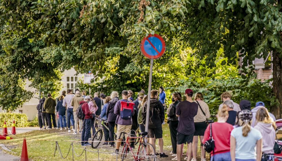 Oslo 20210825. Folk i kø for å teste seg på Adamstuen teststasjon i Oslo. Det siste døgnet er det registrert 1.093 koronasmittede i Norge. Det er det høyeste døgntallet siden 22. mars.Foto: Stian Lysberg Solum / NTB