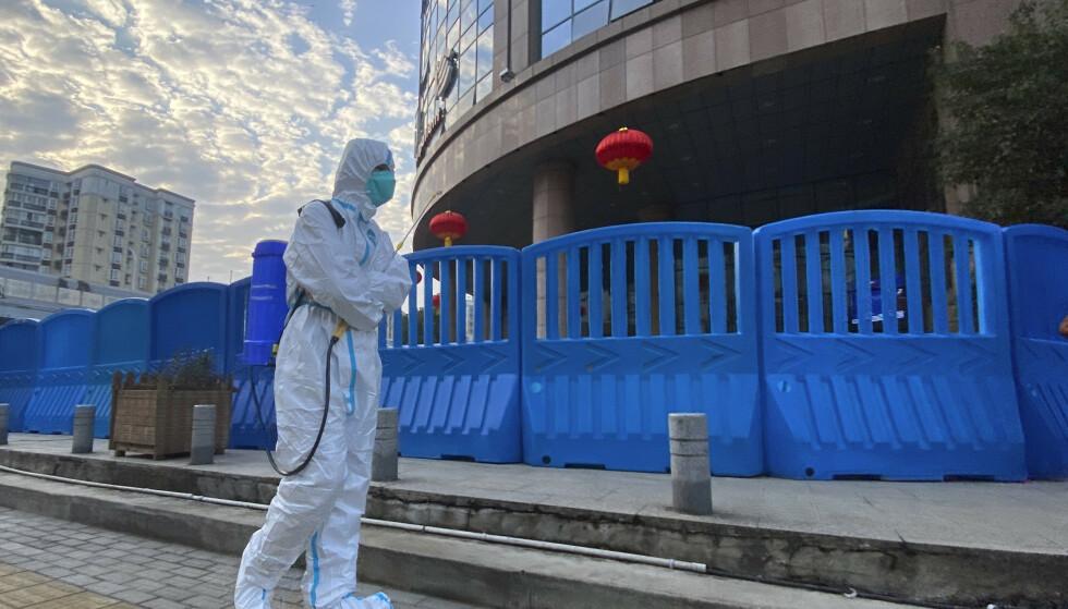 Desinfiseringen av området rundt et sykehus i Wuhan. En rapport viser at amerikansk etterretning ikke mener at viruset ble skapt i et laboratorium i Wuhan. Foto: Ng Han Guan / AP / NTB