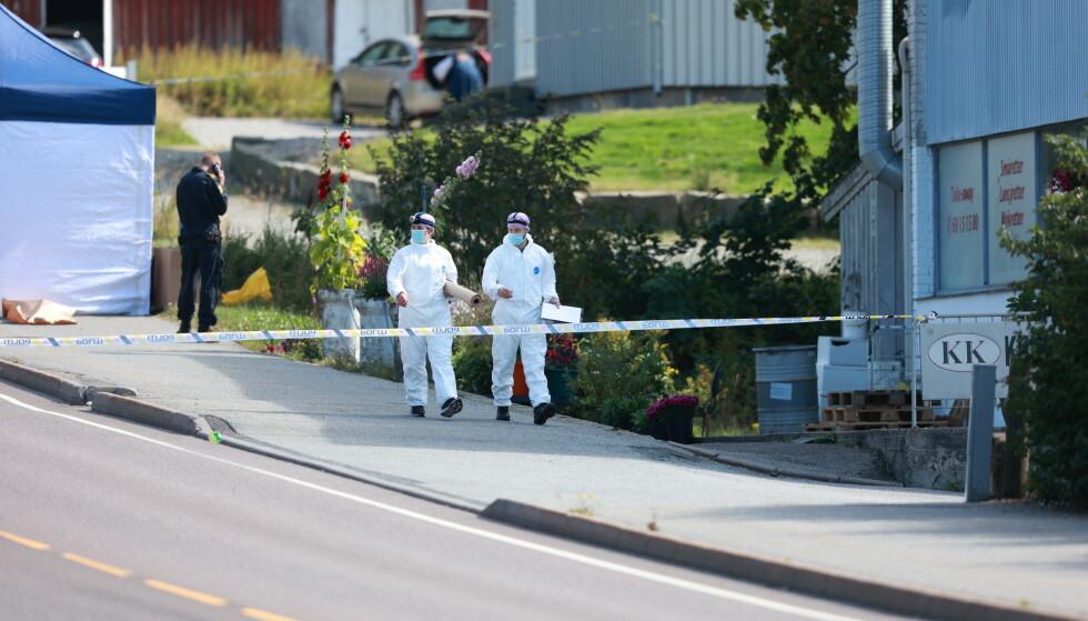 Krimteknikere på stedet hvor en mann ble skutt og drept av politiet på Valaskjold, Sarpsborg lørdag morgen. Foto: Beate Oma Dahle / NTB