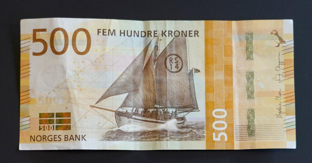 Politiet advarer mot falske 500-lapper i omløp i Sarpsborg. Seddelen på bildet er ekte. Foto: Lise Åserud / NTB