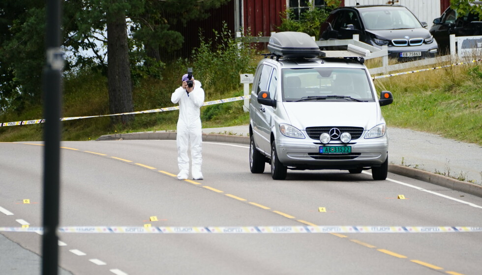 En mann ble skutt og drept av politiet på Valaskjold, Sarpsborg lørdag morgen. Her er krimteknikere ved stedet. Foto: Beate Oma Dahle / NTB