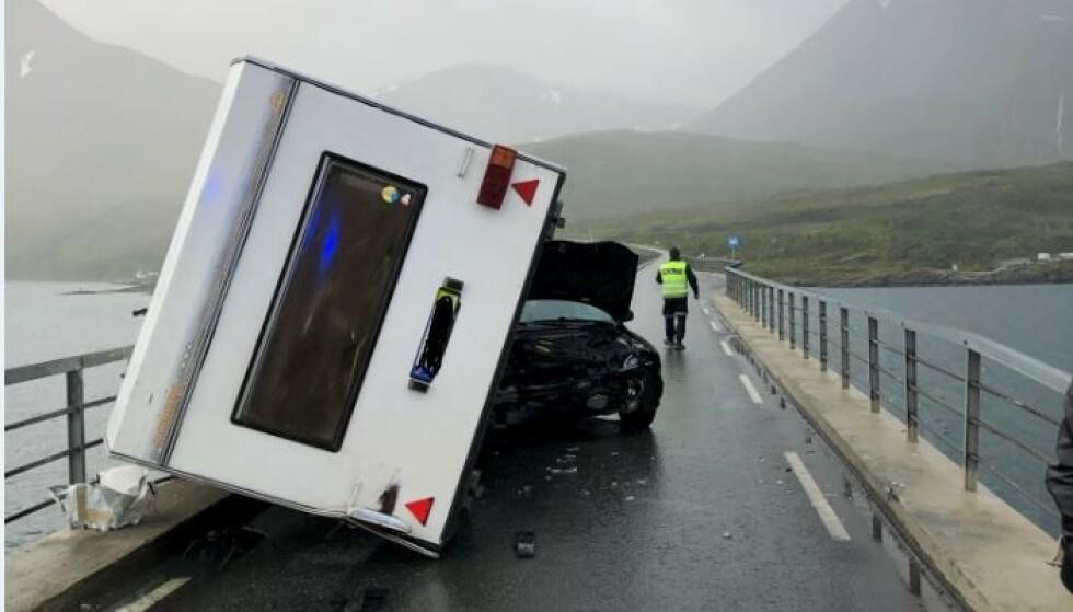 STORE SKADER: Både bil og campingvogn har fått store skader. Skjervøybrua er stengt. FOTO: Troms politidistrikt Twitter.