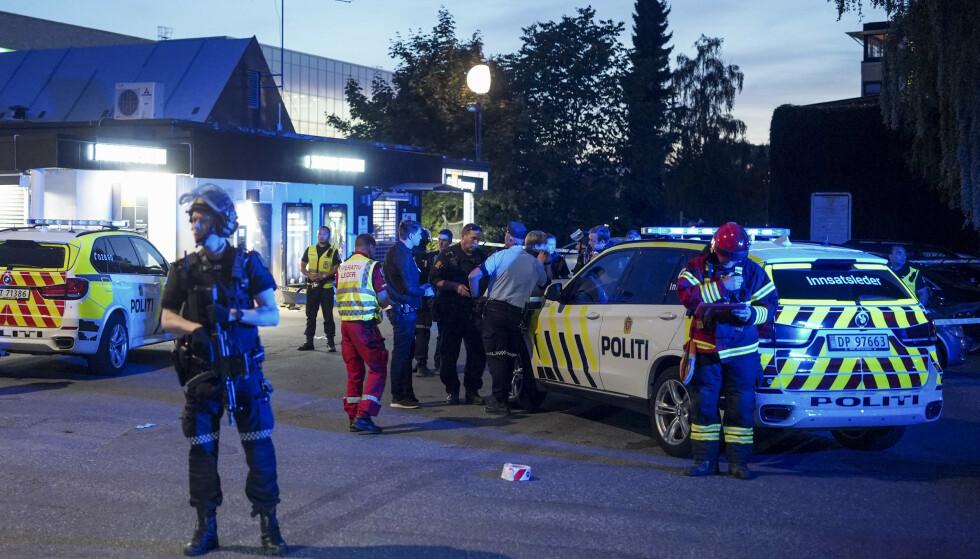 Politi og ambulansepersonell ved Brynseng T-banestasjon i Oslo, der en person ble skutt mandag kveld. Foto: Fredrik Hagen / NTB