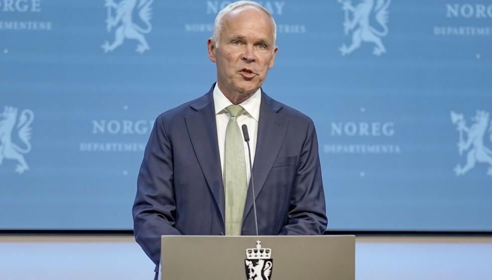 Finansminister Jan Tore Sanner på pressekonferansen om forslaget til omlegging av petroleumsskatten tirsdag kveld. Foto: Fredrik Hagen / NTB