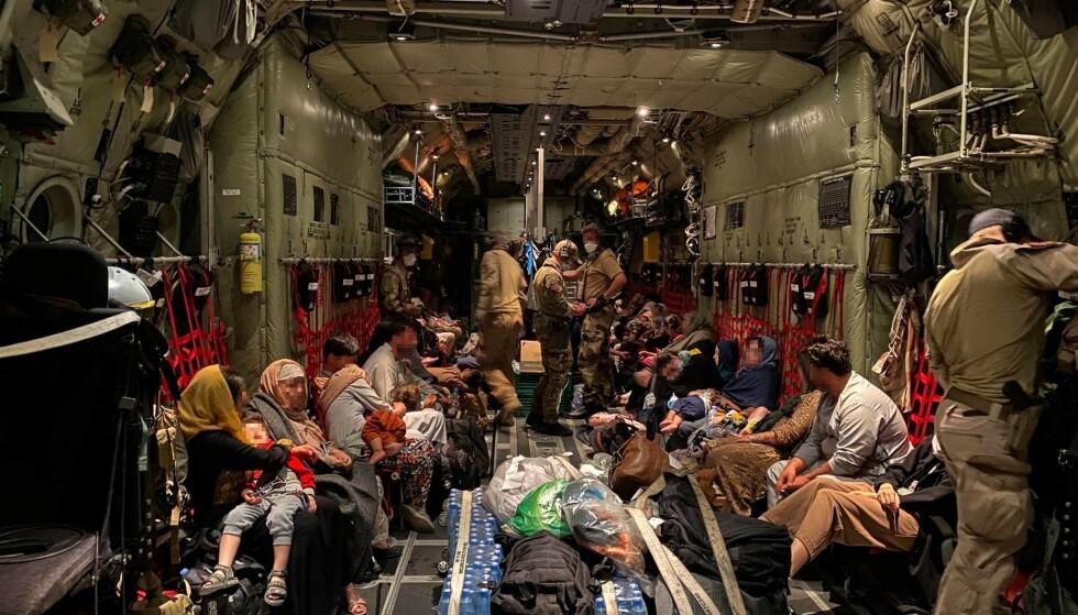 Her sitter sivile afghanere om bord i forsvarets C-130J Hercules transportfly før takeoff fra Hamid Karzai International Airport tidligere denne måneden. Nå har evakueringen fra Kabuls flyplass opphørt, men det har ikke flyktningkrisen i landet. Nå som flyplassen er stengt forsøker mange afghanere å ta seg over grensen til nabolandene. Foto: Forsvaret / NTB