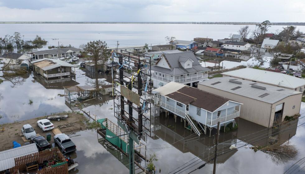 Dronebilde viser flomvann som omringer ødelagte boliger etter orkanen Ida i Lafourche Parish i den amerikanske delstaten Louisiana tirsdag. Foto: Steve Helber / AP / NTB