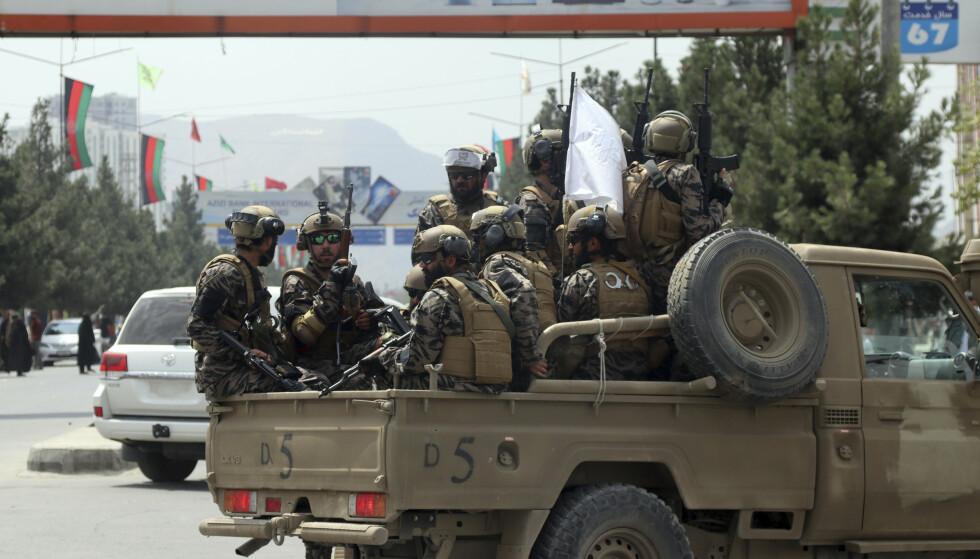 Taliban-soldater i uniformer sitter på et militært kjøretøy ved flyplassen i Kabul. Foto: AP / NTB