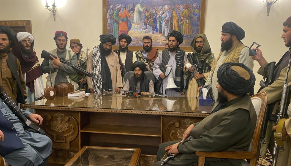 Et bilde fra 15. august da krigere fra Taliban inntok presidentpalasset i Kabul. Etter at USA trakk seg ut av landet denne uken, har al-Qaida gratulert Taliban med maktovertakelsen. Foto: Zabi Karimi / AP/ NTB