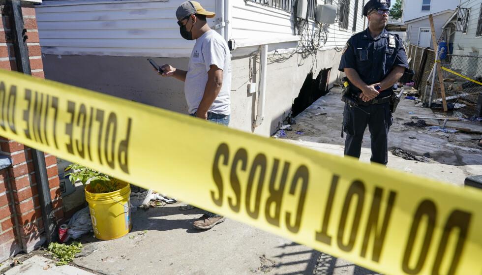 Politiet har sperret av et hus i Queens der en familie på tre døde da kjellerleiligheten deres ble oversvømt. Foto: Mary Altaffer / AP / NTB