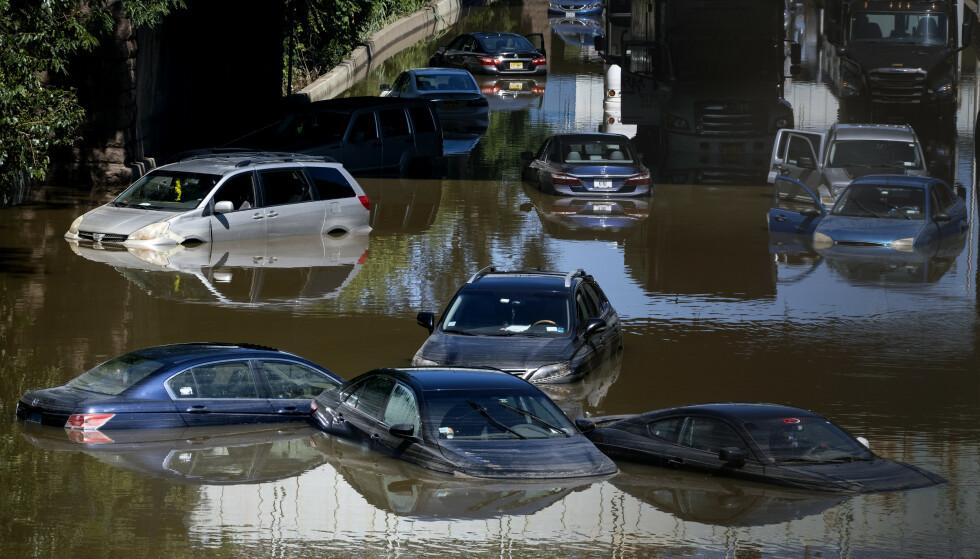 Orkanen Ida førte til store ødeleggelser i New York. Her står biler under vann på en motorvei i Bronx. Foto: Craig Ruttle / AP / NTB