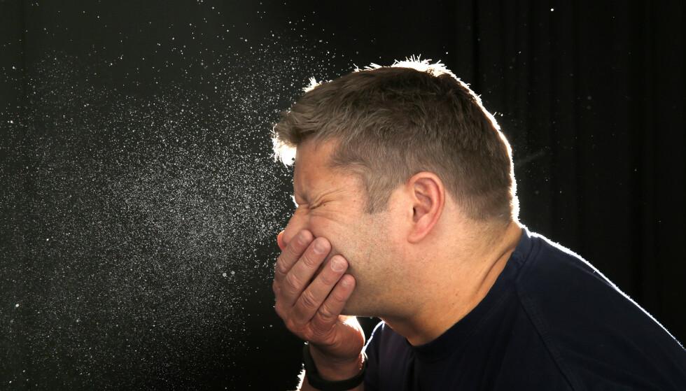 Et smittsomt forkjølelsesvirus sprer seg over landet. Folk i alle aldre får hoste og feber. Symptomene kan ligne på corona, men går fort over. Illustrasjonfoto: Cornelius Poppe / NTB