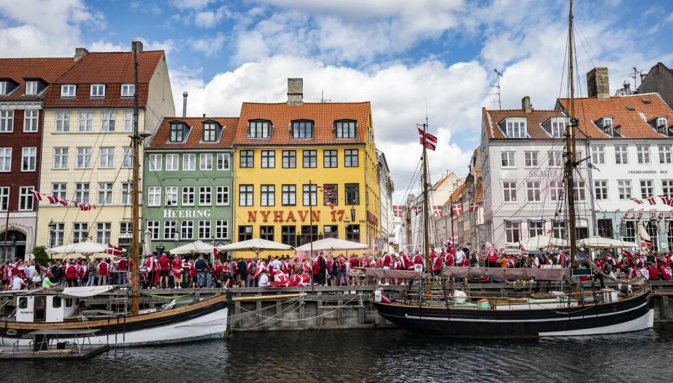 København , DANMARK 20210612. Fotbollsfans samlas i Nyhamn ( Nyhavn ) i Köpenhamn inför kvällens match i grupp B mellan Danmark och Finland på Parken.Foto: Johan Nilsson/TT / NTB