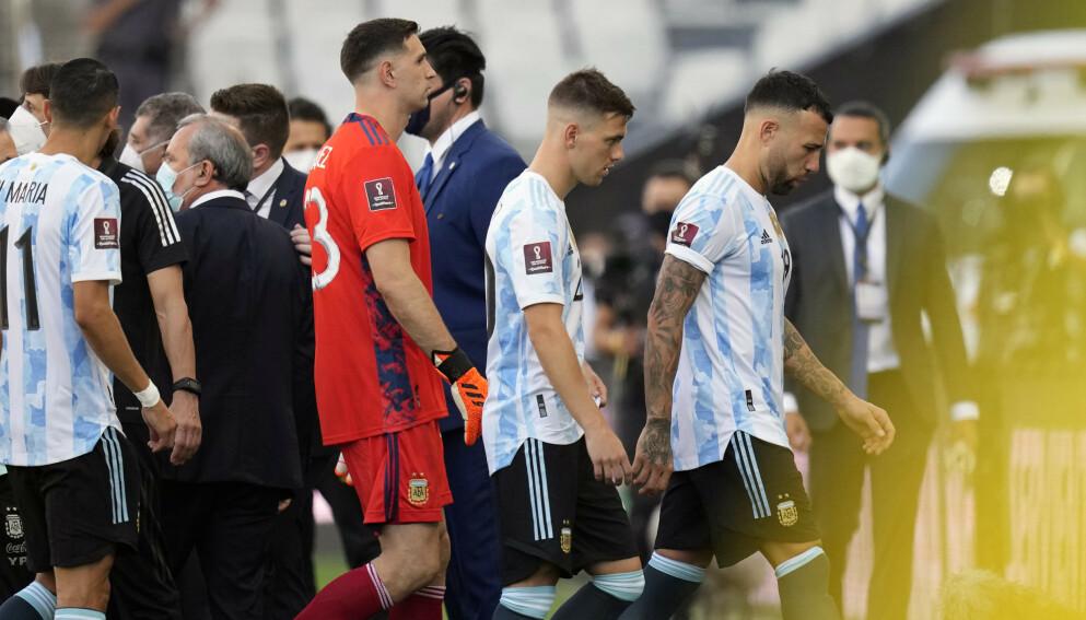 Her forlater Argentina-spillerne banen etter at brasiliansk politi stoppet søndagens storkamp. Foto: Andre Penner / AP / NTB