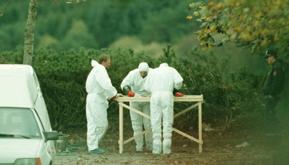 Politiets åstedsgranskere leter etter tekniske bevis på funnstedet der liket av Tina Jørgensen ble oppdaget i 2000. Foto: Alf Ove Hansen / SCANPIX NTB