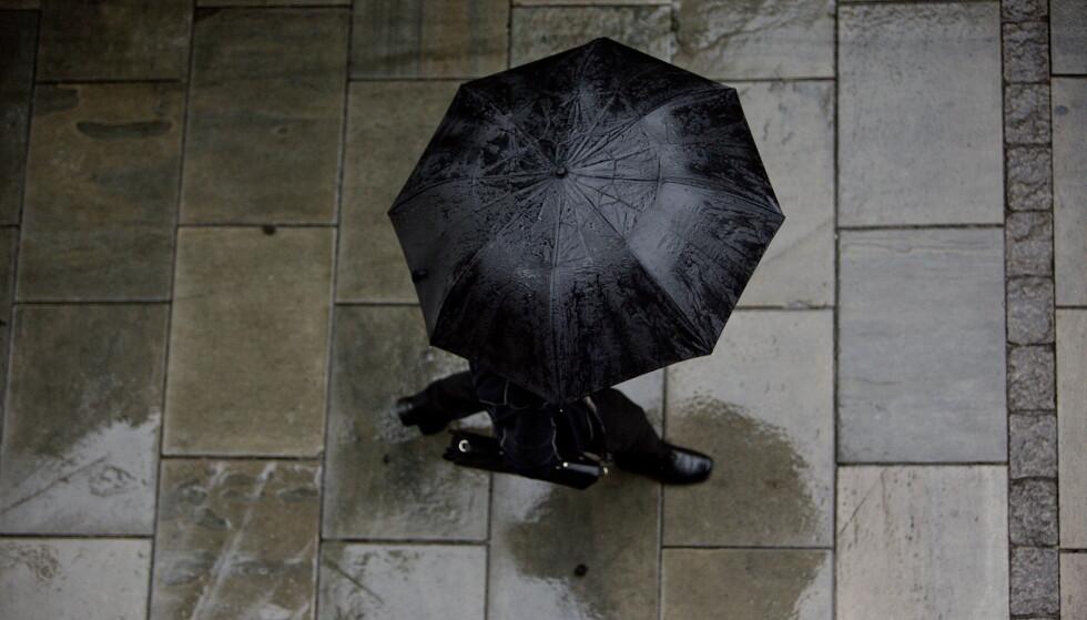Det har vært varmt og tørt i store deler av Sør-Norge den siste tiden. Nå er det imidlertid all grunn til å finne fram både paraply og høstjakke. Illustrasjonsfoto: Ole Berg-Rusten / NTB