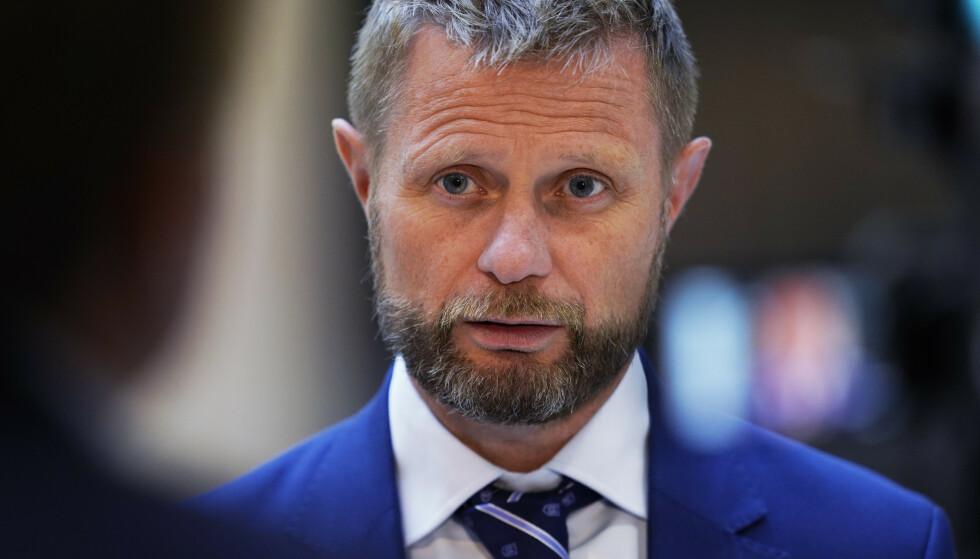 Helse- og omsorgsminister Bent Høie (H) avviser tanken om å ha egne anbefalinger for uvaksinerte når samfunnet åpnes opp. Foto: Ali Zare / NTB