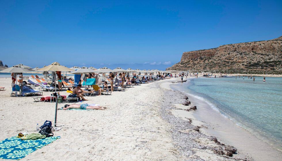 Reisende fra øygruppene Kreta i Hellas og Korika i Frankrike vil få noen lettelser i innreisereglene. Her fra strand på Kreta. Foto: Nicolas Economou/NurPhoto/Shutterstock via NTB