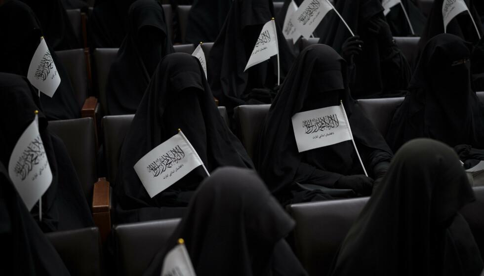 Afghanerne er delt i synet på Talibans nye regime. En gruppe svartkledde, tildekte kvinner holdt lørdag en markering på et universitet i Kabul for å vise støtte til Taliban. Foto: Felipe Dana / AP / NTB