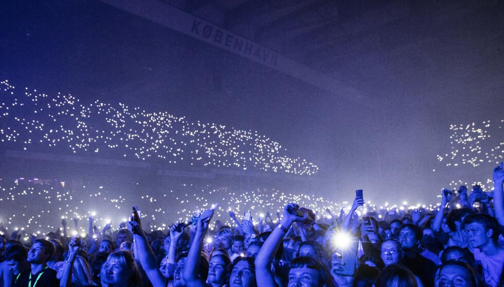 Smittetallet synker i Danmark, og lørdag var tusener av dansker til stede på en konsert med Minds of 99 i Parken i København. Foto: Olafur Steinar Gestsson / Ritzau Scanpix via AP / NTB