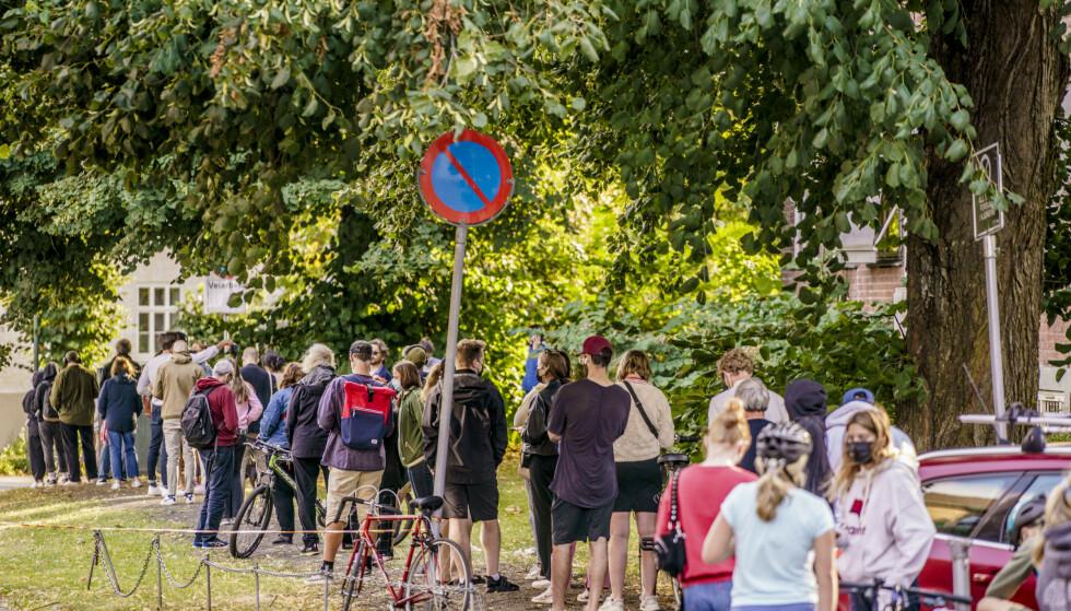 Folk i kø for å teste seg på Adamstuen i Oslo nylig. Foto: Stian Lysberg Solum / NTB