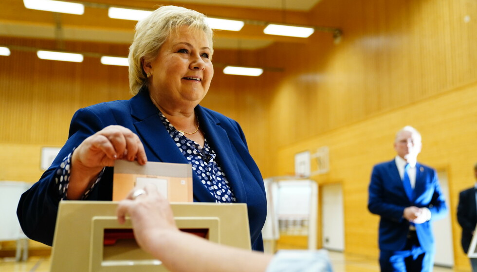 Statsminister Erna Solberg (H) avgir sin stemme i stortingsvalget 2021 på Skjold skole i Bergen mandag. Foto: Håkon Mosvold Larsen / NTB.