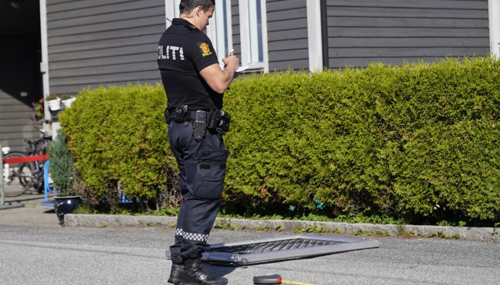 En politibetjent i Haugesund i arbeid ved barnehagen hvor en personbil kjørte ned porten. Foto: Jan Kåre Ness / NTB