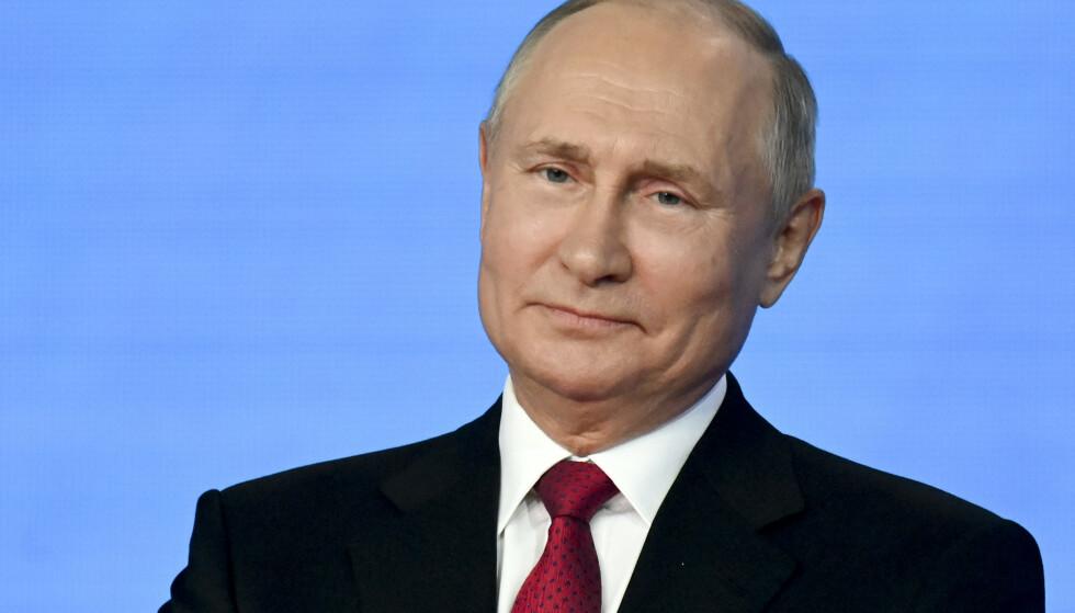 Russlands president Vladimir Putin er fortsatt populær i store deler av befolkningen etter over 20 år ved makten Det er lite som truer hans parti fra å vinne valget denne uka – etter at myndighetene har slått hardt ned på politiske motstandere, mediene og menneskerettsaktivister. Foto: AP/NTB