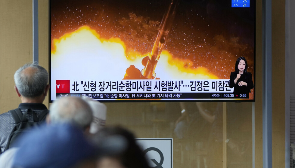 En TV-skjerm i Sør-Koreas hovedstad Seoul viser bilder fra mandagens rakettest i Nord-Korea. Onsdag meldes det av Nord-Korea igjen har prøvet ut sine rakettvåpen. Foto: Lee Jin-man / AP / NTB
