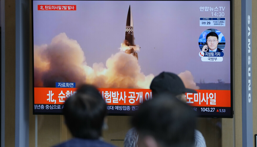 Folk i Seoul i Sør-Korea ser på et nyhetsinnslag som handler om Nord-Koreas rakettester onsdag. Foto: Lee Jin-man / AP / NTB