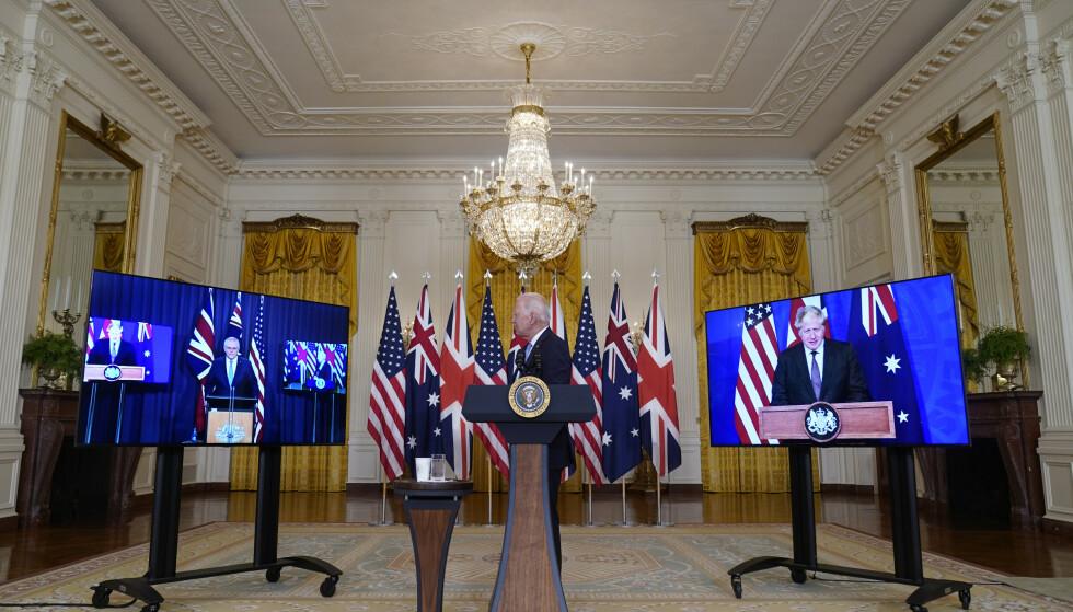 President Joe Biden (i midten) presenterte det nye partnerskapet sammen med Australias statsminister Scott Morrison (til venstre) og Storbritannias statsminister Boris Johnson (til høyre) sent onsdag kveld norsk tid. Foto: Andrew Harnik / AP / NTB