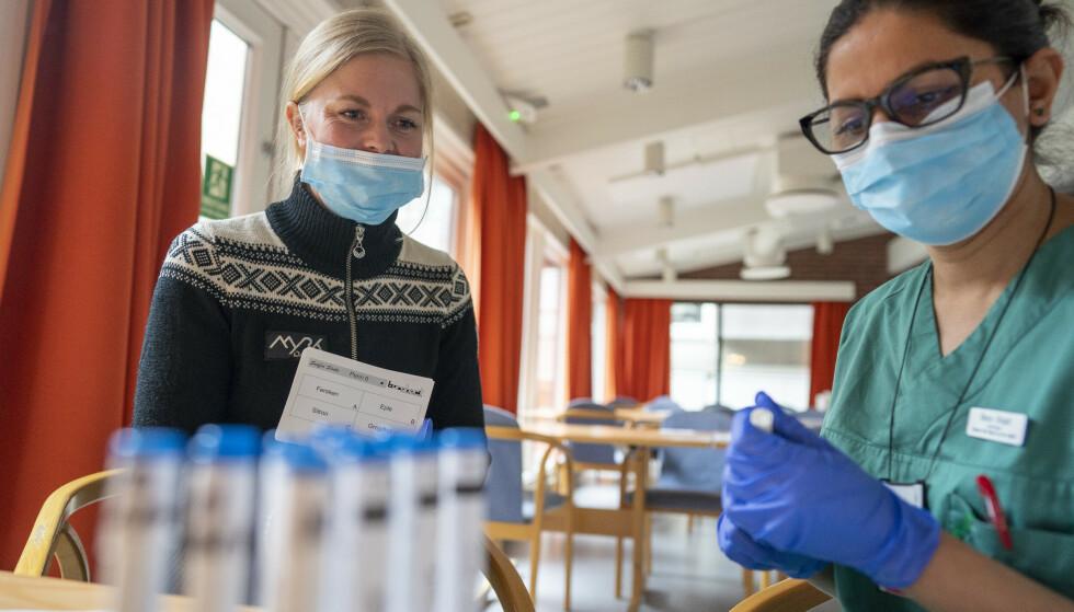 LUKTEKSPERT: Forsker Bano Singh (t.h.) er Norges fremste ekspert på lukt og smak. Hun har bidratt til å vise at tap av disse sansene er første og beste indikator på coronasmitte. Her hjelper hun pasienten Maria. Foto: Heiko Junge / NTB