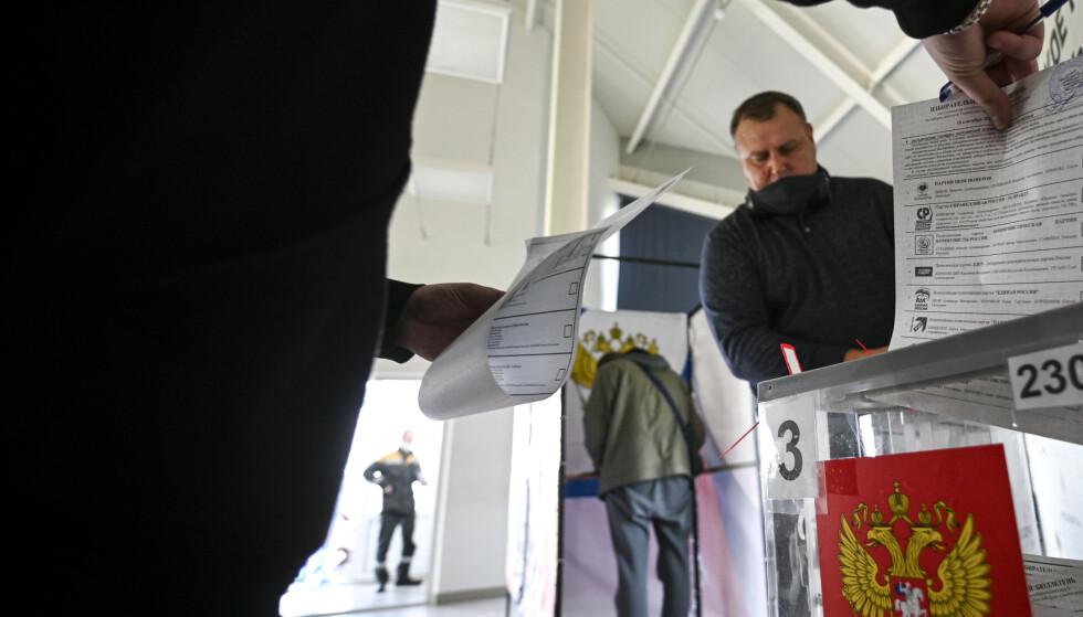 En mann i Tjumen-oblasten i Sibir avlegger stemme i dumavalget i Russland. Foto: Sergej Rusanov / AP / NTB
