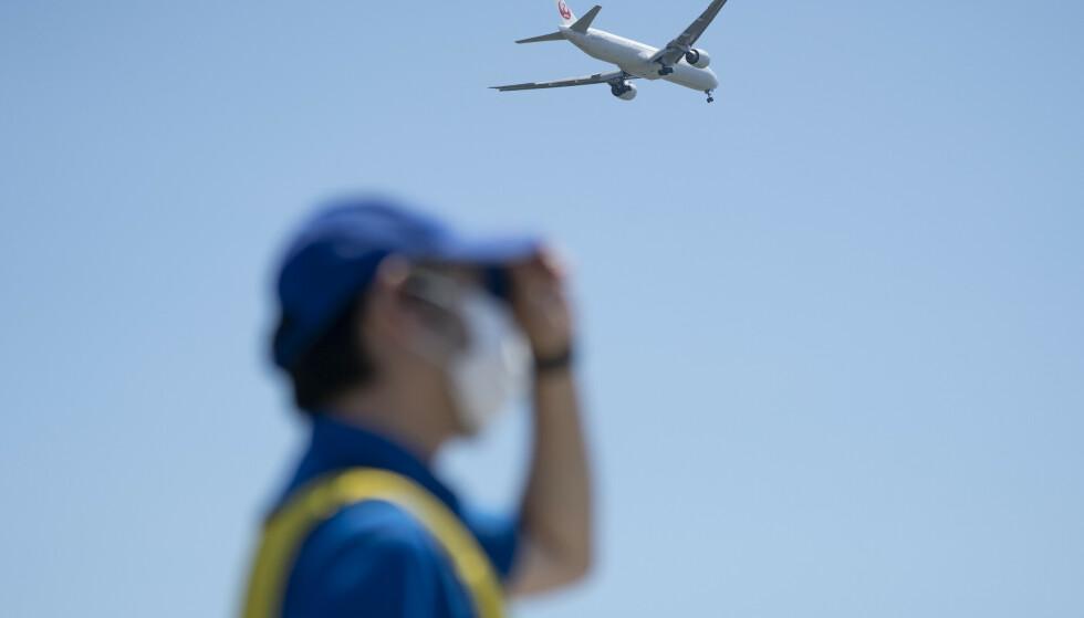 Et Japan Airlines fly går inn for landing på Haneda flyplass i Tokyo. Foto: Heiko Junge / NTB