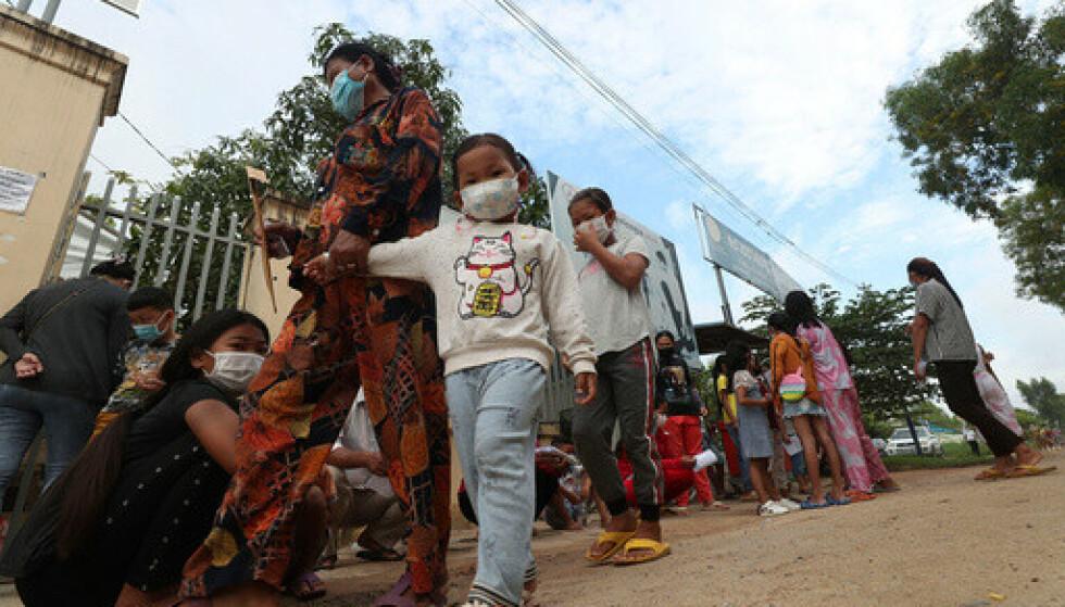 Barn venter foran et helsesenter utenfor Phnom Penh for å bli vaksinert. Foto: Heng Sinith / AP / NTB.