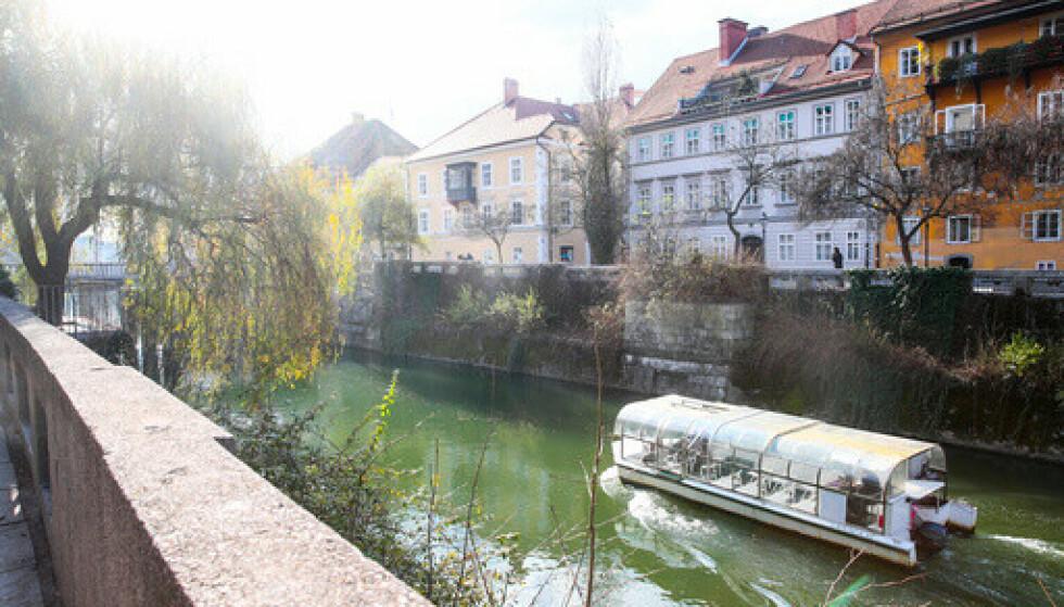 Gamlebyen i Ljubljana med båt på elva. Foto: Lise Åserud / NTB.