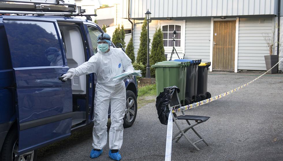 Politi utenfor boligen der en person er funnet død på Brattholmen p Sotra. Dødsfallet etterforskes som drap og en person er pågrepet i saken.Foto: Marit Hommedal / NTB