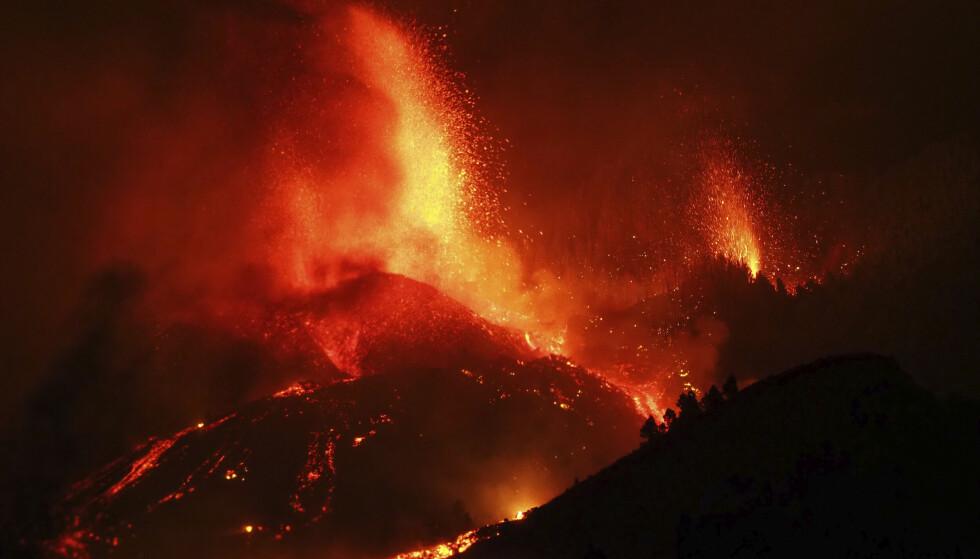 I en uke ulmet det før vulkanutbruddet startet søndag. Siden utbruddet har store mengder lava spydd ut av sprekkene, noe som har ført til at tusenvis av personer er evakuert. Foto: AP / NTB