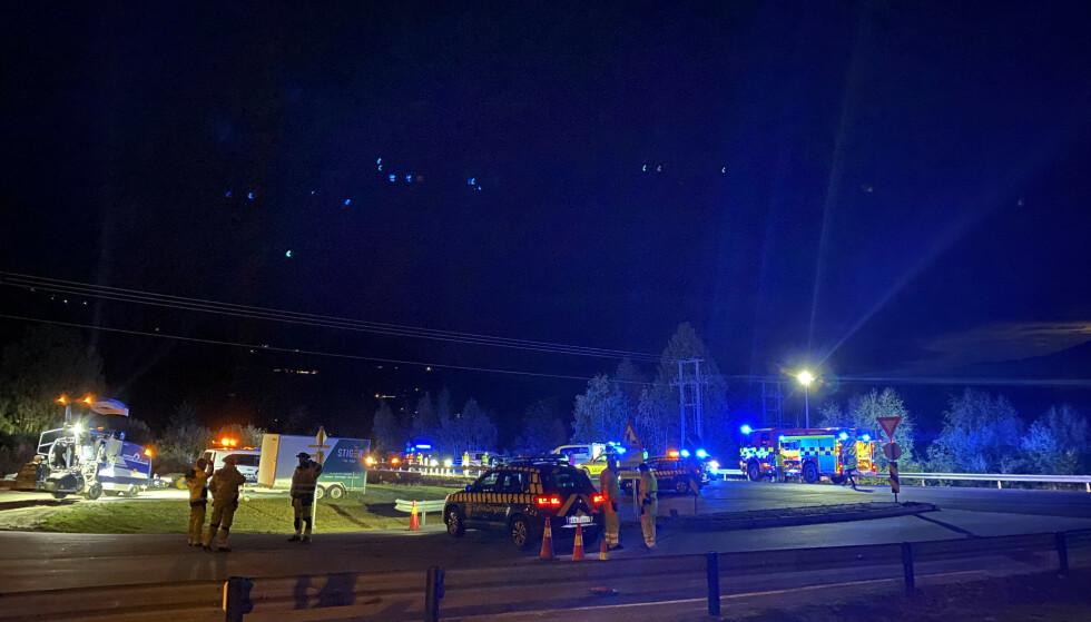 En mann i 30-årene mistet livet etter å ha blitt påkjørt på riksvei 7 i Ål i Hallingdal mandag kveld. Ulykken skjedde ved krysset til Nordbygdvegen, mellom Torpo og Ål. Foto: Vilde Jagland / Hallingdølen / NTB