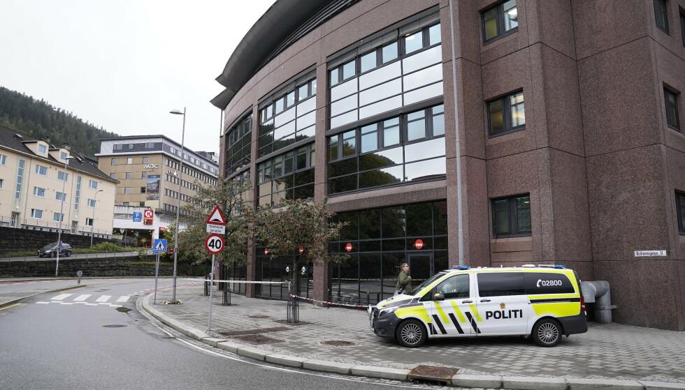 Politiet i arbeid ved Nav-kontoret på Danmarksplass i Bergen etter at en av de ansatte ble drept på jobb mandag. Foto: Torstein Bøe / NTB